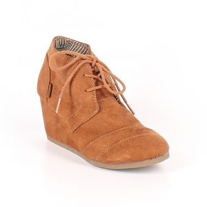 Brown, suede ankle boots!